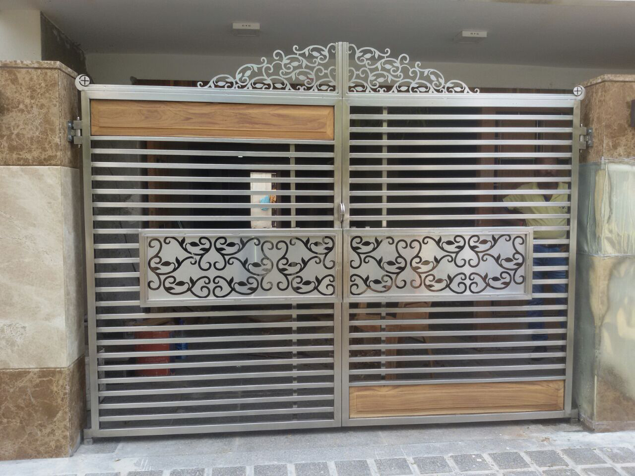 Foot step balcony railing ss gate glass railing for Main door wall design